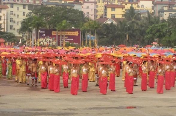 世界上最大规模的傣族伞舞