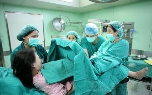 医生接生忙中出糗 脱了孕妇内裤才发现出错