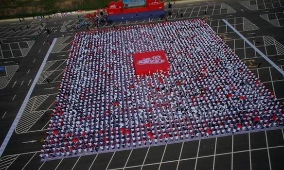 世界上最大的人体二维码