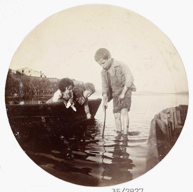 在海里划船的男孩,大约1890年