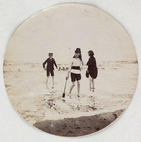 孩子们在海里划船,大约1890年