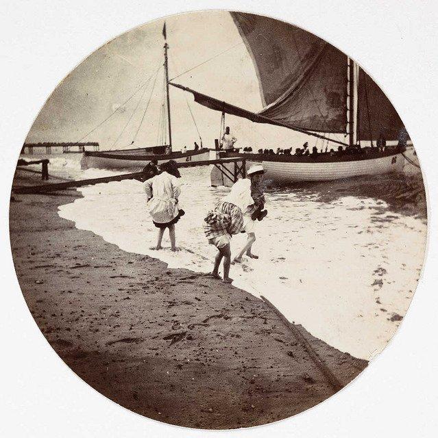 孩子们在海里划船