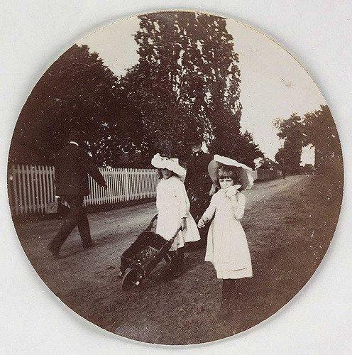 孩子们用手推车走路,大约1890年