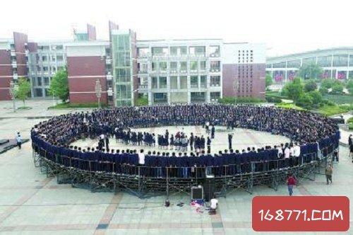 中国最牛毕业照盘点,武汉某学校毕业照8米长