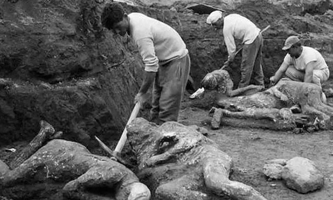 庞贝古城图片:考古学家们正在挖掘