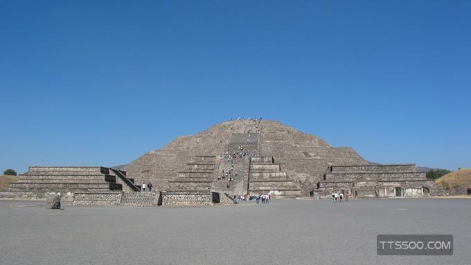 月亮金字塔坐落在哪个地方