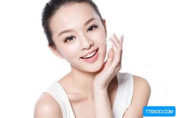 化妆水和爽肤水的区别,爽肤水是化妆水的一种(补充脸部水分)