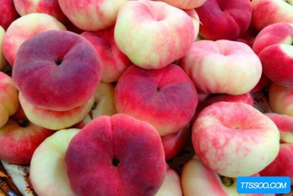 蟠桃和黄桃的区别,黄桃果肉是黄色(蟠桃入口即化)