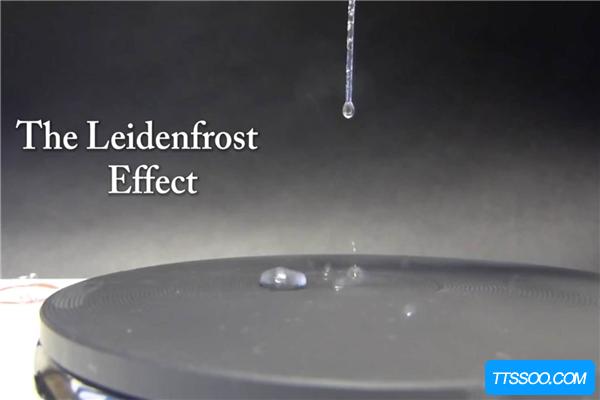 莱顿弗罗斯特效应:一滴水珠接触到高温铁板 能悬浮30秒